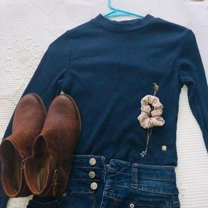 A long sleeve blue cropped top